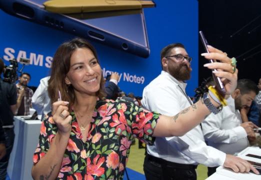 삼성 갤럭시 노트9 체험 삼성전자가 9일(현지시간) 미국 뉴욕 바클레이스센터(Barclays Center)에서 스마트폰 '갤럭시 노트9' 공개 행사를 개최했다. 이날 행사에는 미디어와 파트너사 4000여명이 참석했다. 사진은 이날 행사에서 갤럭시 노트9의 기능을 체험하는 참가자 모습. 2018.8.10  삼성전자 제공 연합뉴스