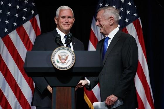 마이크 펜스(왼쪽) 미국 부통령과 제임스 매티스(오른쪽) 미 국방장관 서울신문 DB