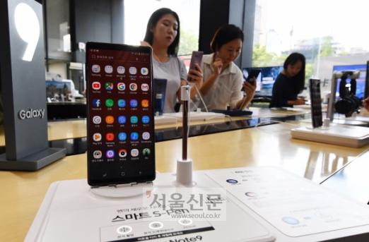 갤럭시노트9'을 체험하고  10일 오후 서울 광화문 KT 올레스퀘어를 찾은 시민들이 삼성전자의 하반기 전략 스마트폰 '갤럭시노트9'을 체험하고 있다. KT는 13일부터 사전예약을 진행한다. 2018.8.10기자 jya@seoul/co.kr안주영