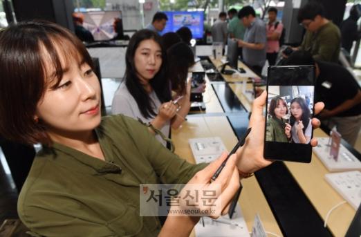 갤럭시노트9'을 체험 10일 오후 서울 광화문 KT 올레스퀘어를 찾은 시민들이 삼성전자의 하반기 전략 스마트폰 '갤럭시노트9'을 체험하고 있다. KT는 13일부터 사전예약을 진행한다. 2018.8.10기자 jya@seoul/co.kr안주영