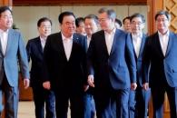 [서울포토]문 대통령, 헌법기관장과 오찬 간담회장으로 이동