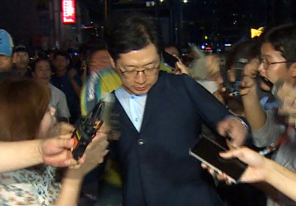 특검 나오던 김경수, 50대 남성에 봉변