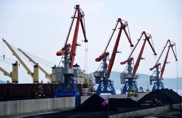 2014년 7월 북한 라진항 3호 부두에서 븍한 선박이 중국 등으로 수출될 석탄을 선적하는 모습. 서울신문 DB