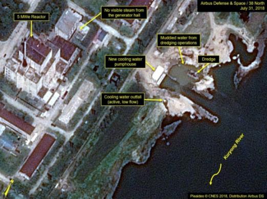 """38노스 """"영변 원자로 냉각시스템서 작업 계속…가동징후 불투명"""" 북한의 영변 핵 관련 시설에서 냉각수 배출, 차량 통행 등 일련의 작업이 계속 진행 중인 것으로 보이지만 원자로 가동 징후는 불분명하다고 미국의 북한 전문사이트인 38노스가 9일(현지시간) 밝혔다. 38노스는 지난달 31일 촬영된 상업용 위성사진 판독결과를 토대로 이같이 분석했다.  연합뉴스"""