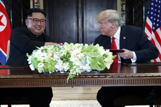 김정은(왼쪽) 북한 국무위원장과 도널드 트럼프(오른쪽) 미국 대통령이 지난 6월 12일 싱가포르 센토사섬 카펠라 호텔에서 열린 북·미 정상회담에서 공동 성명에 서명한 뒤 악수를 나누고 있다. 싱가포르 AP 연합뉴스