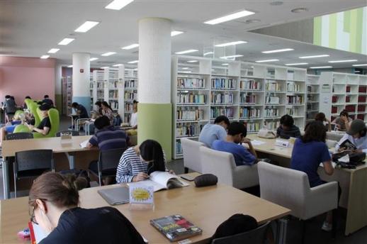 증평군립도서관 자료실에서 주민들이 책을 보고 있다. 증평군 제공