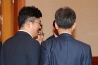 [포토] '무슨 대화?' 송인배 정무비서관 국무회의장으로