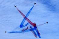 [포토] '푸른하늘에 뜬 별' 블랙이글스 피서객 서비…