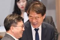 [서울포토] '갈등설' 김동연 경제부총리와 장하성 정…