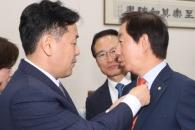 [서울포토] '김성태 넥타이 고쳐매주는' 김관영