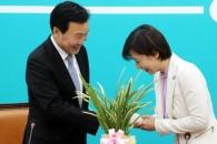 [포토] '총리의 난' 전달 받은 손학규 대표