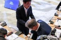 [포토] 막힌 책상사이 뛰어넘은 문 대통령, 당황하는 …