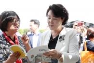 [서울포토] '2018수원한국 지역도서전' 방문한 김정…