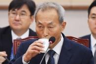 [서울포토] 물 마시는 이석태 헌법재판관 후보자