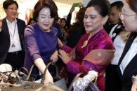 """[포토] """"이 가방 어때요?""""… 쇼핑하는 한국-인도네시…"""