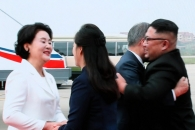 김정은 위원장 부부, 평양 순안공항서 문대통령 부부 …