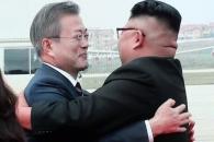 [서울포토] 포옹하는 문재인 대통령과 김정은 북한 국…