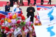 [서울포토] 한반도기 흔들며 문재인 대통령 환영하는 …