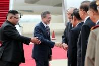 [서울포토] 북측 인사들과 인사하는 문재인 대통령