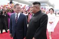 [서울포토] 마주 본 문재인 대통령과 김정은 국무위원…