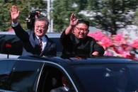 김정은 위원장의 '극진 환대' 세 장면···문 대통…