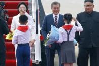 [서울포토] 문재인 대통령 내외를 향한 북한 화동들의…