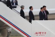 [서울포토] 평양 순안공항 도착한 남측 수행원들