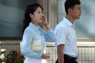 [서울포토] 핸드폰 통화중인 평양 여성