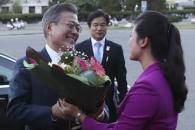 [포토] 현송월 단장에게 환영 꽃다발 받는 문 대통령