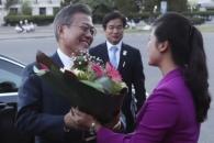 [포토] '반가운' 현송월 단장의 꽃다발 받는 문 대통…