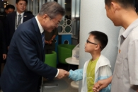 [포토] '대동강 수산물 식당' 찾은 北 어린이와 악수…
