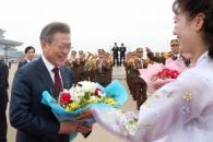 [서울포토] 순안공항에서 환송 꽃다발 받는 문재인 대…