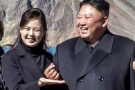 김정은 '손가락하트' 그리며 만면에 미소…리설주가…