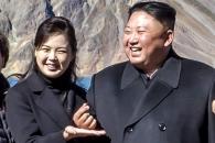 [포토] 北 김정은 위원장, 사진 찍으며 '손가락 하트…