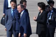 [서울포토] 환송인사들과 인사 나누는 문재인 대통령