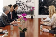 강경화 장관, 주유엔한국대표부 방문 이방카와 담소