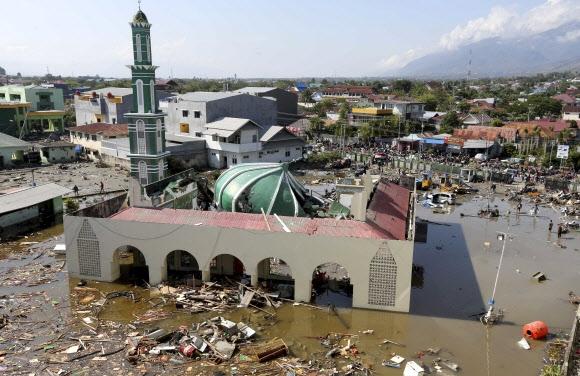 지난 28일(현지시간) 인도네시아 술라웨시 섬에서 발생한 강진과 이어진 쓰나미로 팔루의 회교사원(모스크)이 부서진 채 물에 잠겨 있다. 2018.09.30 AP=연합뉴스