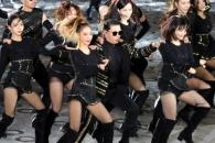 [포토] 제70주년 국군의 날 기념식 공연하는 '싸이'