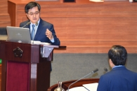 [서울포토] 심재철-김동연, 국회 대정부질문 '정면충…