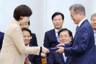 """문대통령, 유은혜 교육부 장관 임명…靑 """"의혹 충분히…"""