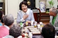 [포토] 김정숙 여사, 노인의 날 맞아 경로당 방문