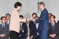 [서울포토] 문 대통령, 유은혜 교육부 장관에 임명장 …