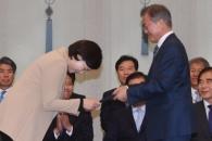 [서울포토] 유은혜 교육부 장관에 임명장 수여하는 문…