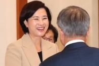 [서울포토] 유은혜 장관, 문 대통령에 '환한 미소'로…