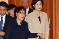 [서울포토] 유은혜 장관, 시어머니와 함께 임명장 수여…