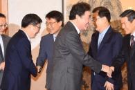 [서울포토] 고위 당정청협의회, 참석자들과 밝게 인사…