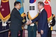 [서울포토] 악수하는 문재인 대통령과 박한기 합참의장…