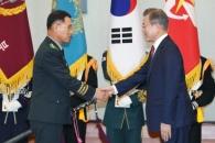 [서울포토] 악수하는 문재인 대통령과 황인권 제2작전…