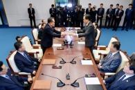 [포토] 공동보도문 교환하는 남북