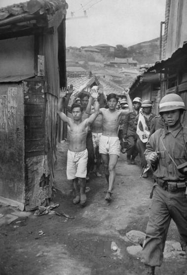 1948년 여순사건 당시 진압군이 좌익 계열 시민 등을 솎아내 재판에 넘기기 위해 호송하고 있는 모습. 행렬 앞 오른쪽 키 큰 사람이 장씨의 시아버지다. 20세기 최고 종군기자로 꼽히는 미국의 칼 마이댄스가 촬영한 사진이다.